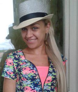 Катя в шляпе